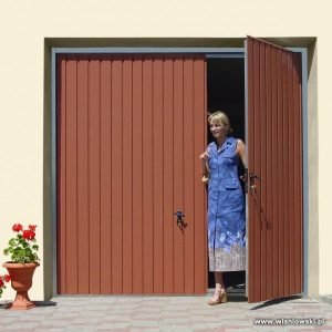 brama-garazowa-uchylna-z-drzwiami-reczna